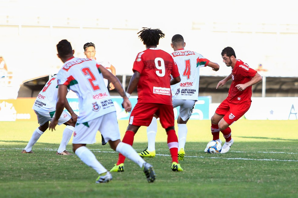Felipe Menezes fez um gol e deu uma assistência para Barbio — Foto: Ailton Cruz/Gazeta de Alagoas