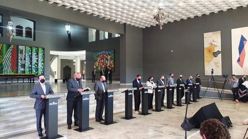 Integrantes do governo estadual de São Paulo, ao lado do governador João Doria (PSDB), em coletiva de imprensa no Palácio dos Bandeirantes nesta quarta-feira (1) — Foto: Marina Pinhoni/G1 SP