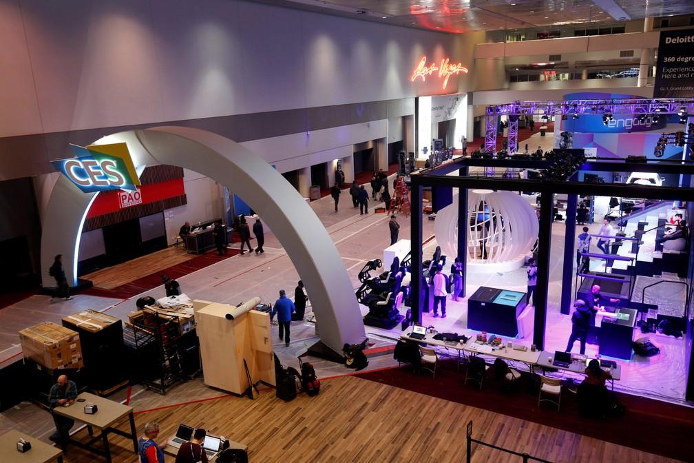 Exibidores se preparam para a CES 2019, em Las Vegas, neste domingo (6). Evento de tecnologia começa na terça — Foto: Steve Marcus/Reuters