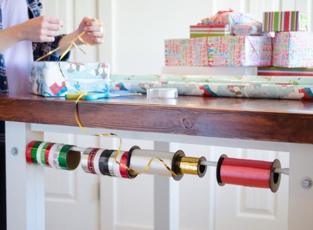 Esqueça as fitas emboladas na gaveta. Uma barra expansível mantém todos os rolos em ordem (Foto: Pinterest/Reprodução)