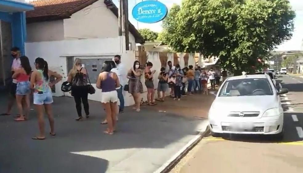 Clientes fizeram fila para ajudar proprietário de gelateria em Votuporanga  — Foto: Divulgação/Jornal A Cidade de Votuporanga