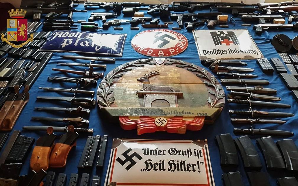 Foto divulgada pela polícia de Turim na segunda-feira (15) mostra armas e munições apreendidas de grupos de extrema-direita em operações que envolveram a colaboração das polícias de Milão, Varese, Forli e Novara. — Foto: HO/Polizia di Stato/AFP