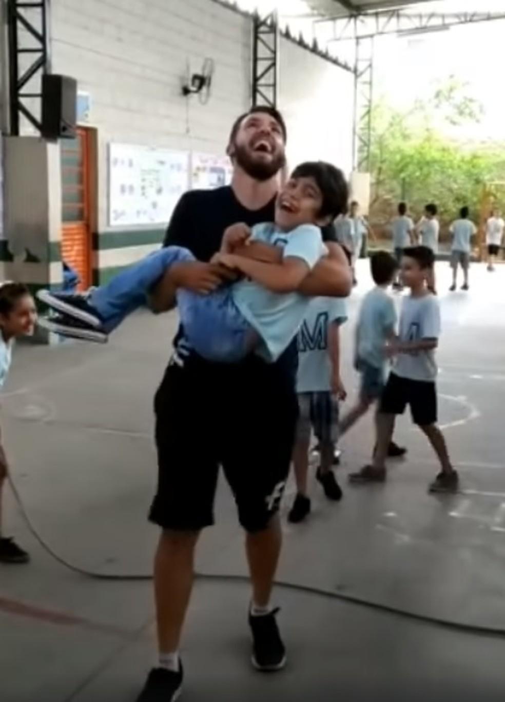 Professor pula corda com aluno cadeirante no colo e vídeo viraliza na web — Foto: Reprodução/ Facebook
