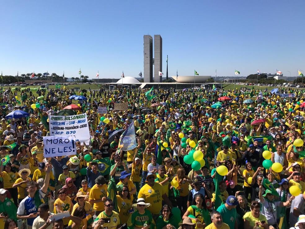 BRASÍLIA, 10h34: Manifestantes se reúnem em frente ao gramado do Congresso Nacional — Foto: Fernanda Calgaro/G1
