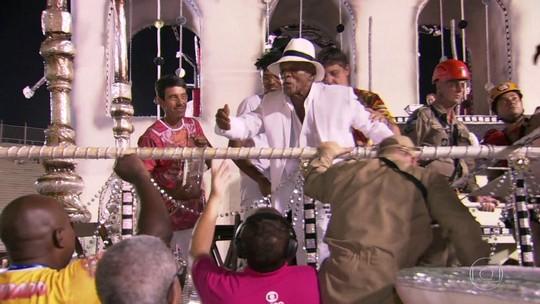 Antonio Pitanga é ajudado por bombeiros para sair de carro alegórico da Porto da Pedra