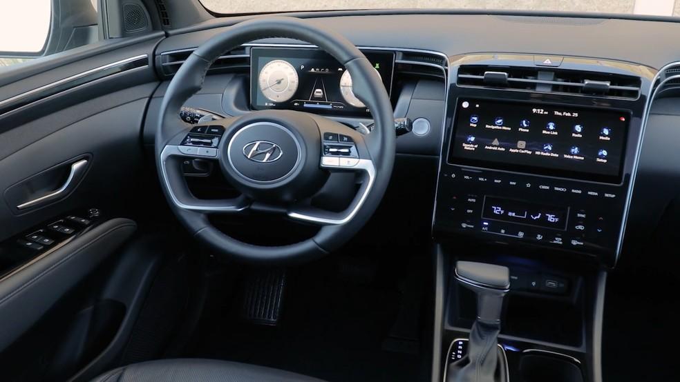 O interior da Hyundai Santa Cruz pode ter duas telas de 10 polegadas e uma ampla suíte de equipamentos — Foto: Divulgação