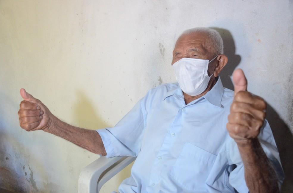 Francisco Xavier do Nascimento, de 112 anos, foi vacinado contra a Covid-19 em São Gonçalo do Amarante, RN — Foto: Júnior Santos/Prefeitura de São Gonçalo do Amarante