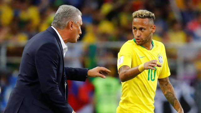 Tite conversa com Neymar durante jogo contra a Sérvia