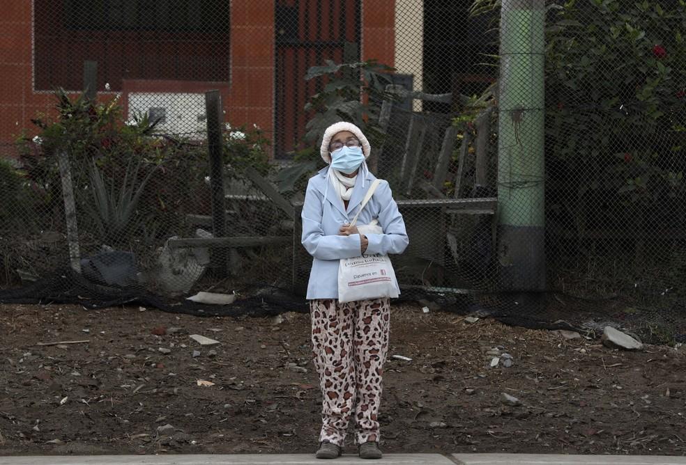 Mulher com máscara em Lima, no Peru, em foto de junho de 2020 — Foto: AP Photo/Martin Mejia