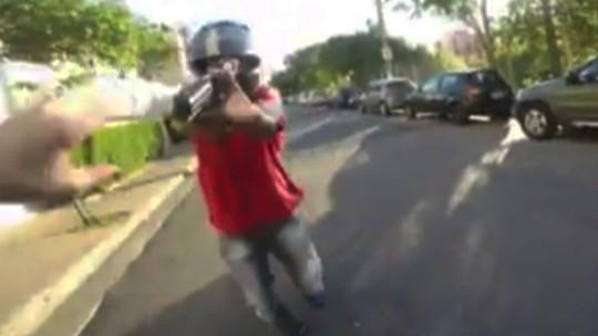 VÍDEO: homens armados atacam motociclista e ciclista