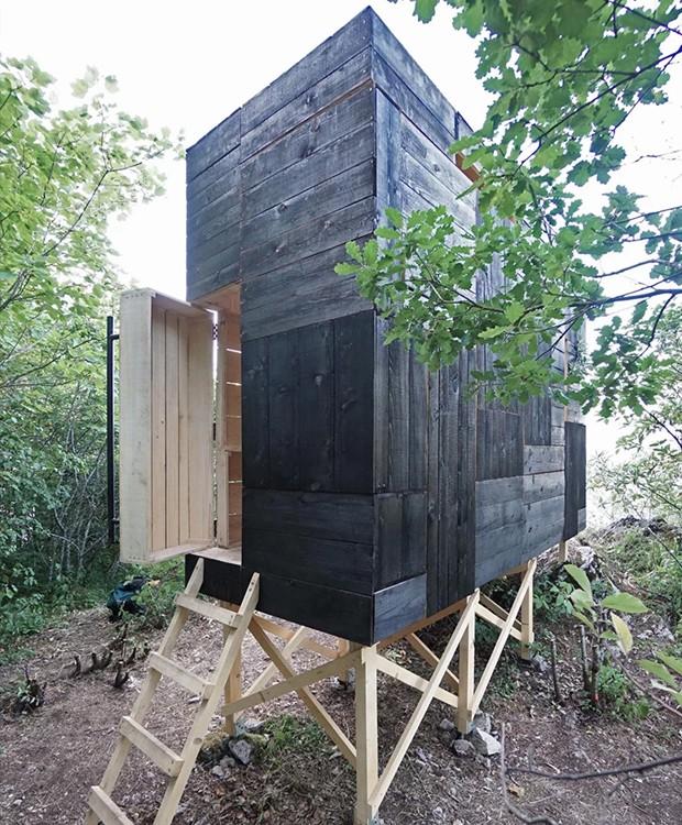 Apoiada em estacas de madeira, a casa possui um acesso escondido na parte de trás (Foto: Designboom/ Reprodução)
