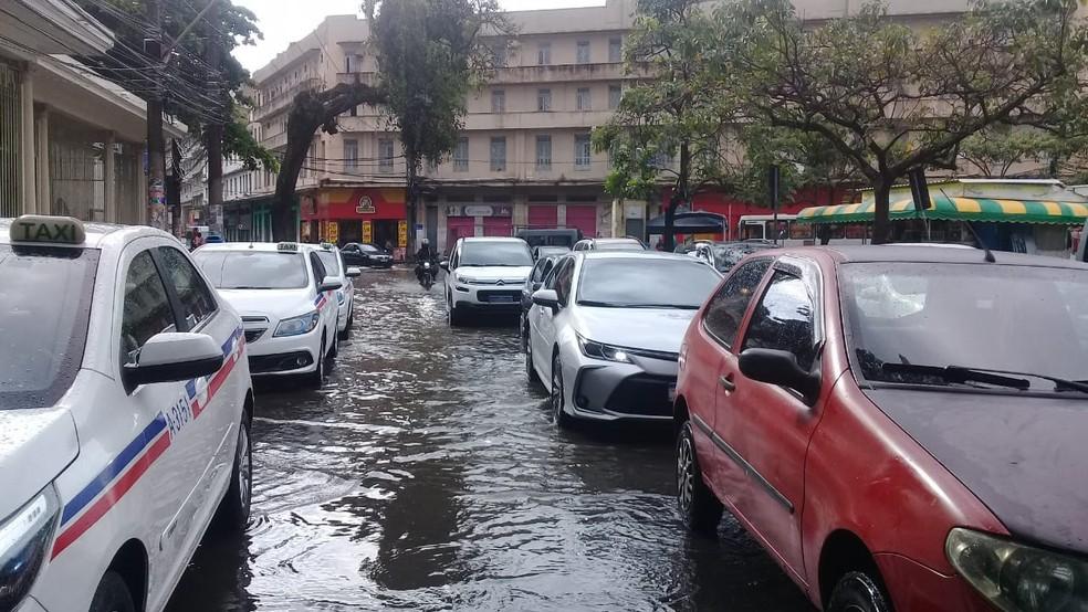 Por causa dos pontos de alagamento, trânsito é lento em alguns pontos da capital baiana — Foto: Cid Vaz/TV Bahia