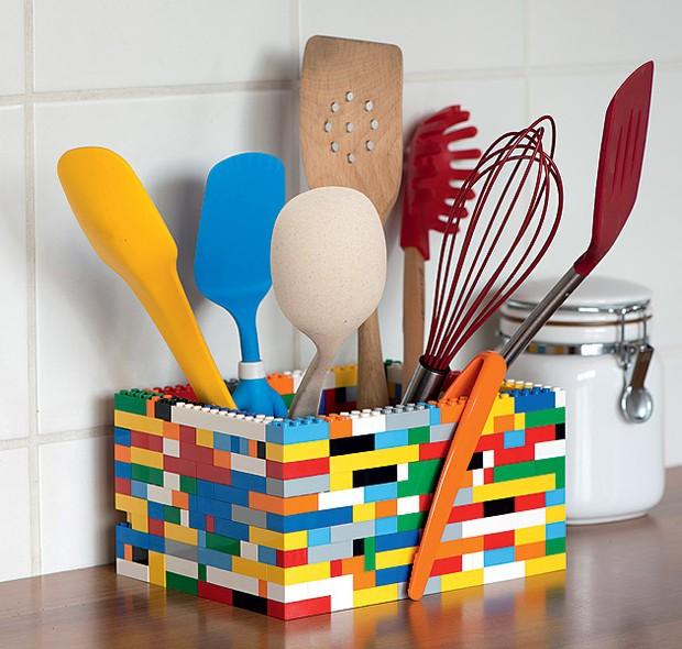 Um pouco maior, um pouco menor, você é quem manda: montar um porta-utensílios com peças de Lego é um jeito divertido de injetar uma dose de cor e humor à cozinha