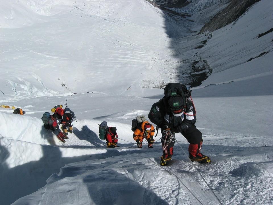 """Entenda o que acontece com o corpo humano na """"zona da morte"""" do Everest"""