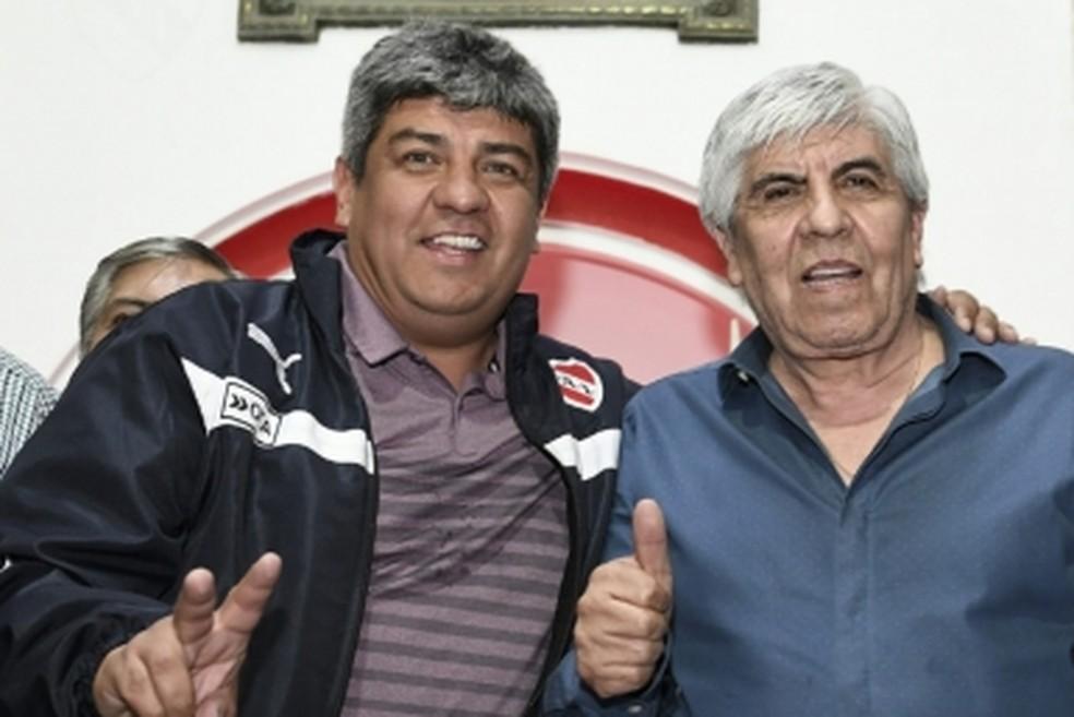 Presidente Hugo Moyano (D) posa ao lado do filho, Pablo (Foto: Divulgação/Independiente)
