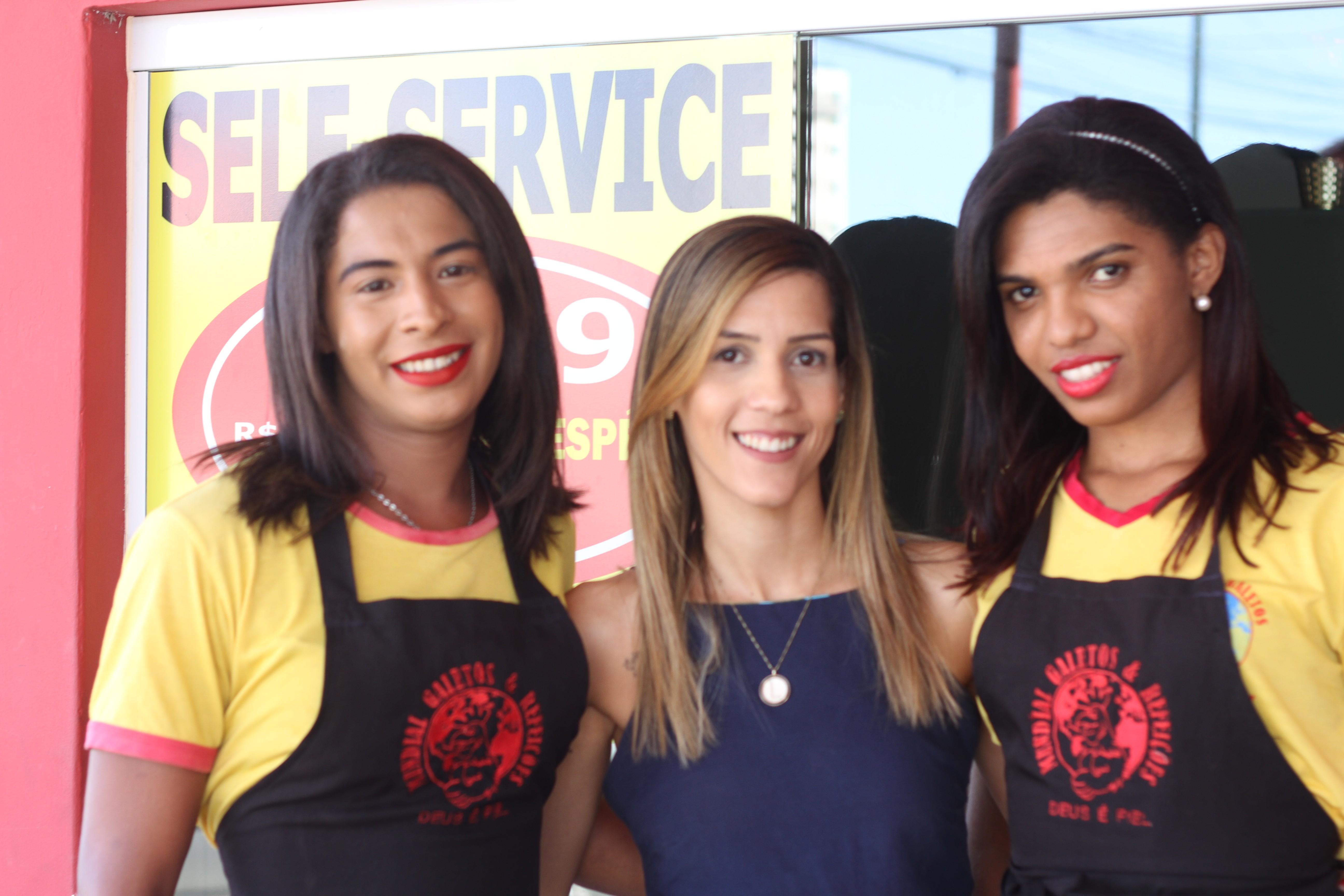 Transexuais na PB enfrentam preconceito e restaurante dá emprego: 'Essa família me adotou'