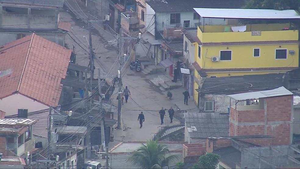 Policiais circulavam por ruas da localidade Pantanal, na Cidade de Deus, na manhã desta sexta-feira (30) — Foto: Reprodução/TV Globo