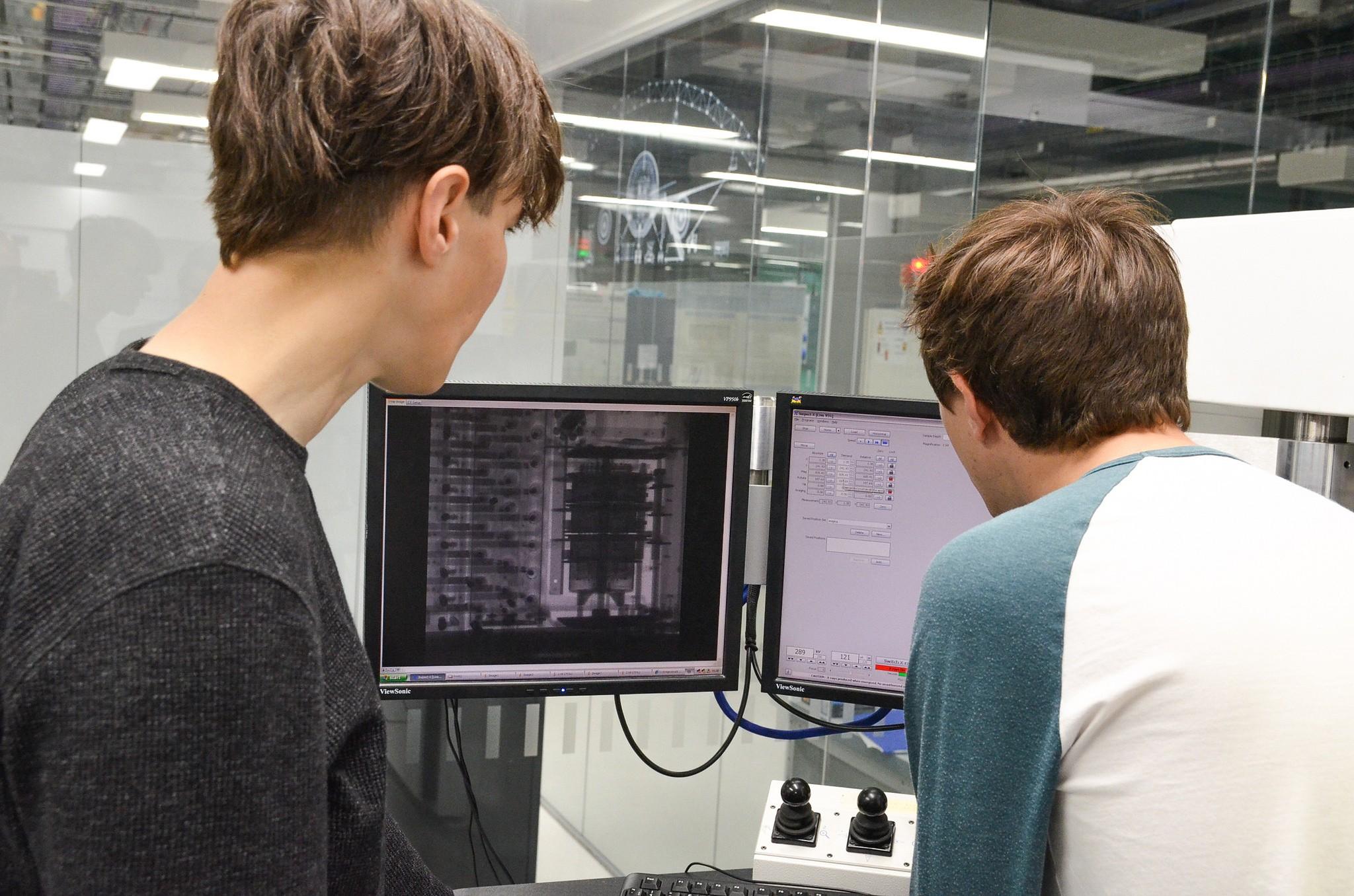 Pesquisadores analisam interior da máquina Enigma (Foto: Divulgação/ Universidade de Manchester )