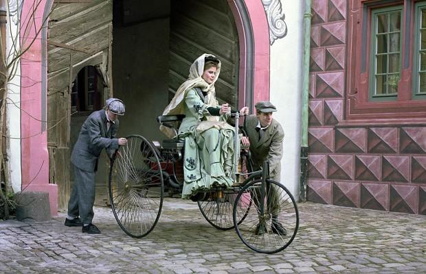 Simulação do início da viagem de Bertha,Eugen e Richard, em agosto de 1888 (Foto: Mercedes-Benz)