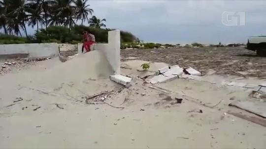 Túmulos de cemitério ficam cobertos por areia das dunas em cidade do interior do RN
