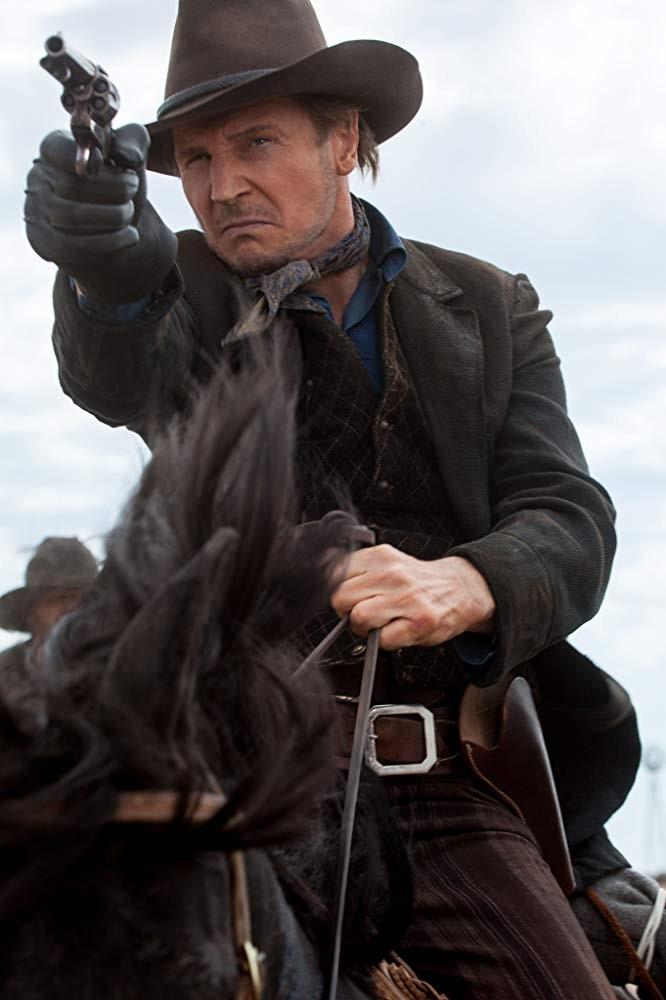 Liam Neeson em Um Milhão de Maneiras de Pegar na Pistola (2014) (Foto: Divulgação)