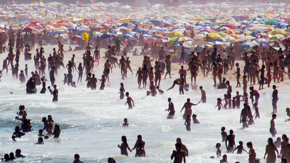 Praia cheia na Zona Sul do Rio neste domingo — Foto: Reprodução/TV Globo
