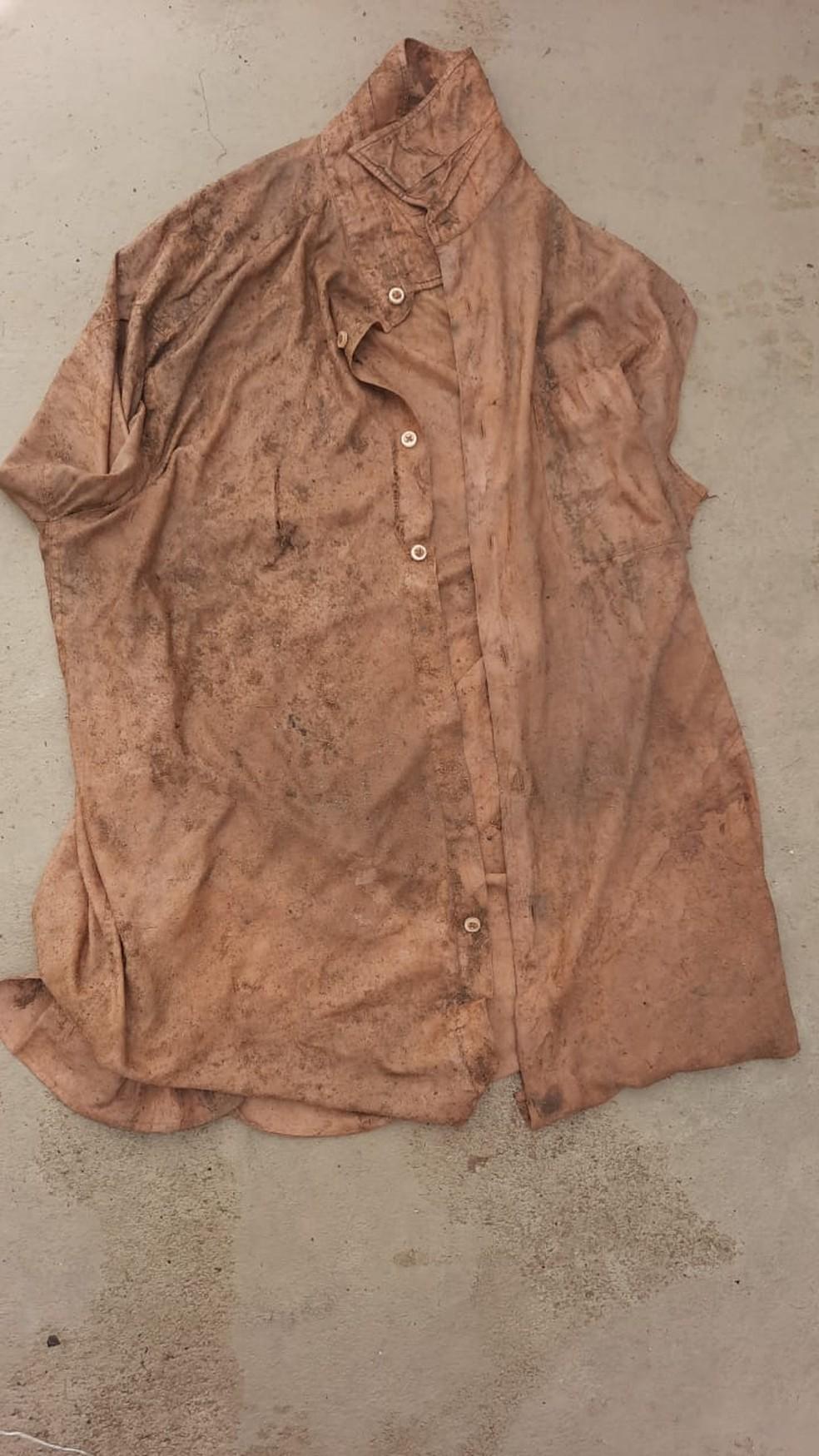 Camisa encontrada com ossada de adolescente em Maribondo, AL — Foto: Polícia Civil de Alagoas