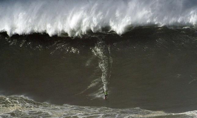 Carlos Burle botando para baixo em Nazaré