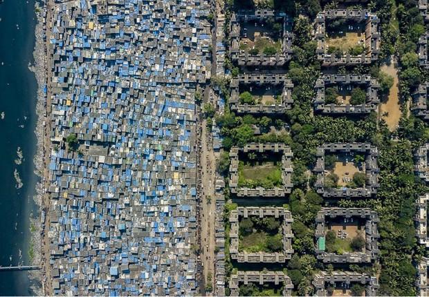 O Fotógrafo Johnny Miller retrata as desigualdades de Mumbai como parte de seu projeto intitulado Unequal Scenes (Foto: Reprodução)
