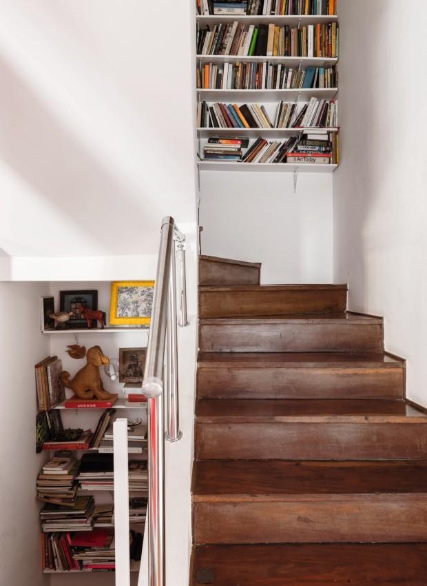 Escada. O casal instalou muitas prateleiras nas escadas e nos corredores para acomodar as centenas de livros que os acompanham (Foto: Lufe Gomes / Editora Globo)