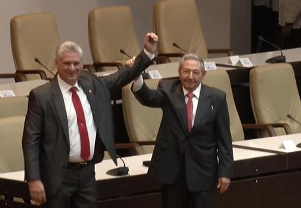 Miguel Díaz-Canel e Raúl Castro celebram vitória (Foto: EFE)
