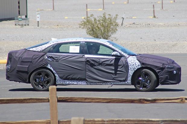 Perfil do Hyundai Elantra é mais afilado e lembra o do Sonata (Foto: AutoMedia/Autoesporte)