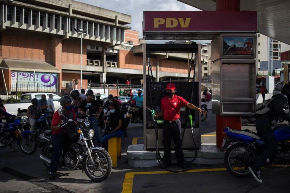 Fila de motoqueiros em posto de combustíveis de Caracas, em 5 de outubro de 2020 — Foto: Cristian Hernandez / AFP