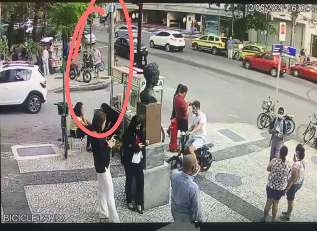 Em destaque, Igor aparece nas imagens roubando a bicicleta elétrica no Leblon no último sábado (12) — Foto: Reprodução/Arquivo Pessoal