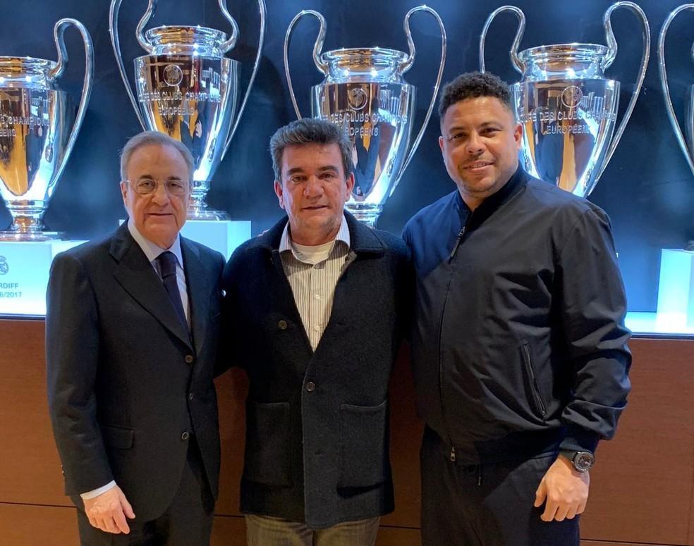 Andrés Sanchez, presidente do Corinthians, posa com Florentino Pérez, do Real, e Ronaldo — Foto: Divulgação/Corinthians