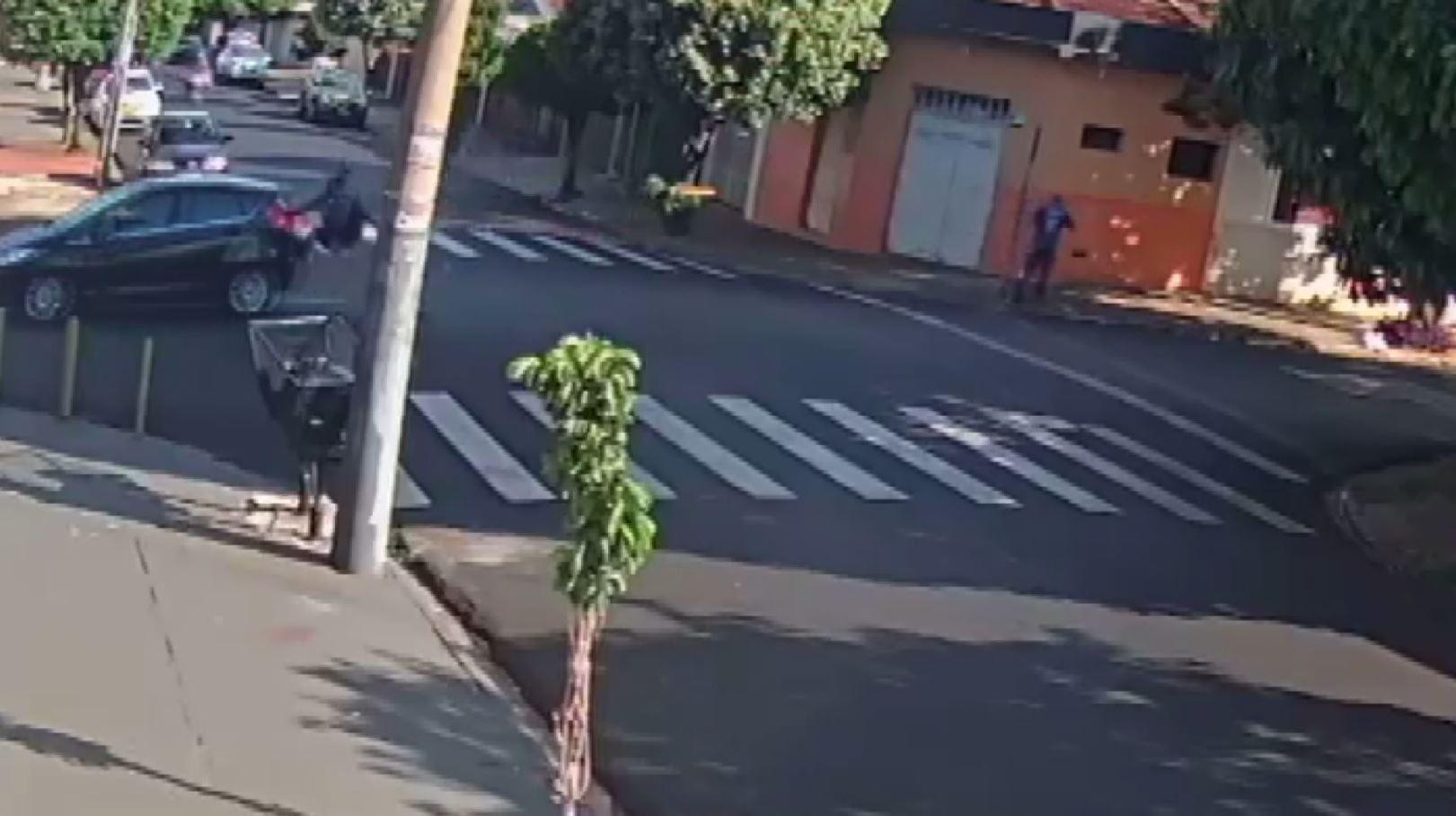 Motociclista é atingido por carro em cruzamento de Ribeirão Preto; vídeo