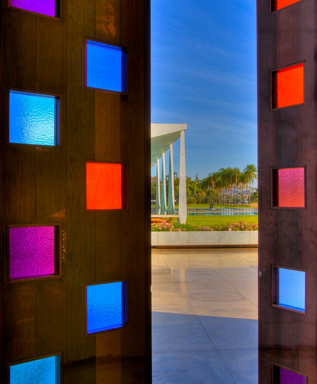 Vitrais coloridos de Athos Bulcão enfeitam a porta de acesso à capela de Nossa Senhora da Conceição (Foto: Ichiro Guerra/Reprodução)