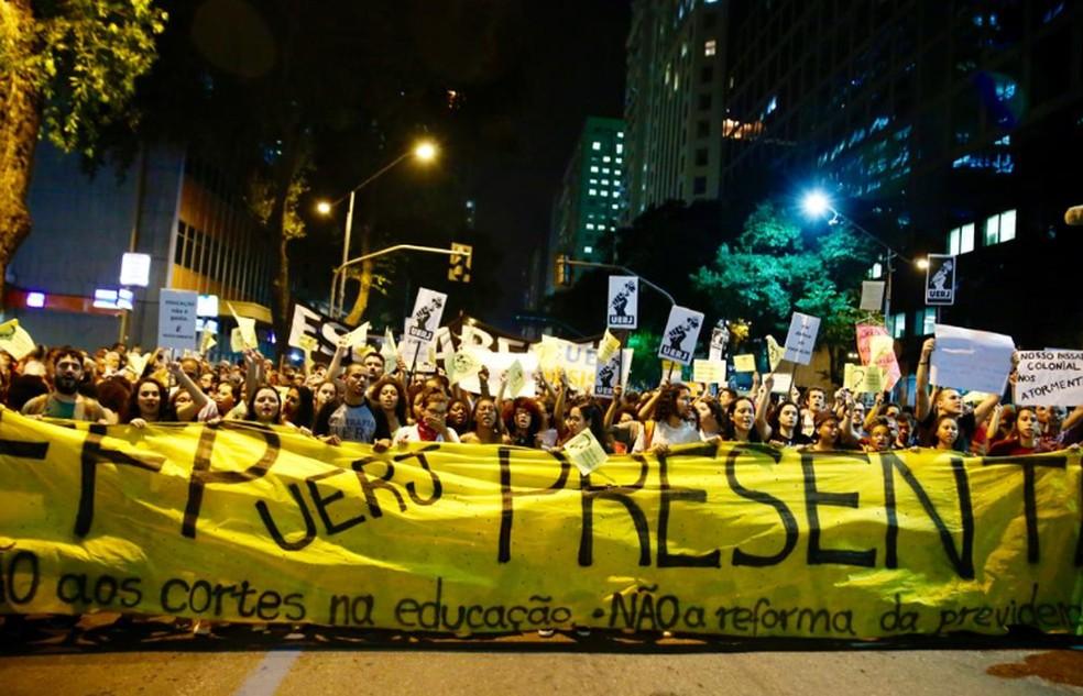 Rio de Janeiro, 18h42: Manifestantes se deslocam pela Avenida Rio Branco — Foto: Marcos Serra Lima/ G1 Rio