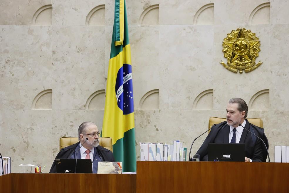 O presidente do Supremo Tribunal Federal (STF), Dias Toffoli (à direita), fez um discurso de boas-vindas ao novo procurador-geral da República, Augusto Aras (à esquerda) — Foto: Rosinei Coutinho/STF