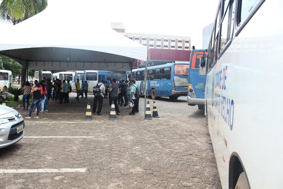 Categoria estaciona ônibus durante a terceira greve do transporte coletivo em Porto Velho, em 2019. — Foto: Pedro Bentes/G1