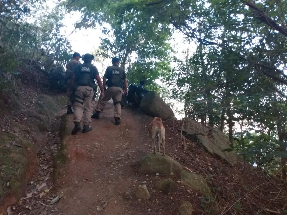 Mais de 150 pessoas foram retiradas de praia da Zona Oeste do Rio  — Foto: Divulgação/Guarda Municipal