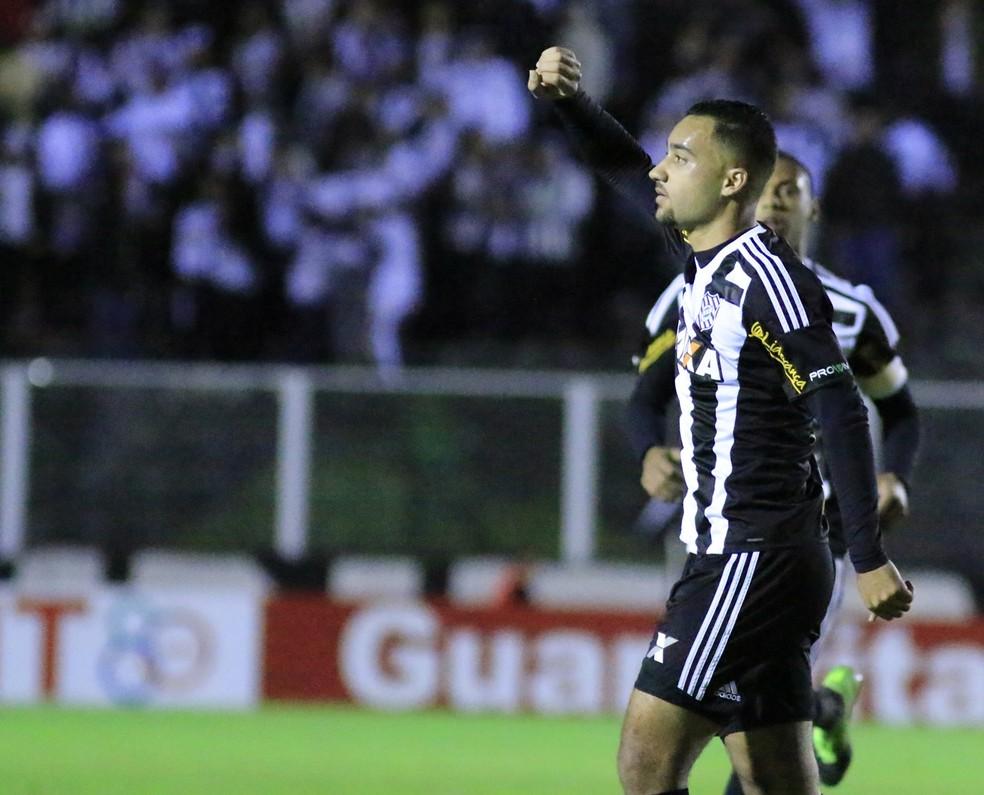 Robinho comemora um dos seis seis gols pelo Figueirense na Série B (Foto: Luiz Henrique/Figueirense F.C.)