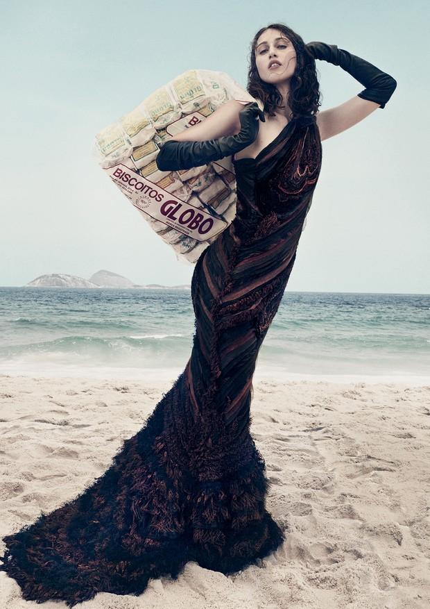 Anna Cleveland fotografada por Gil Inoue na praia de Ipanema (Foto: Gil Inoue)
