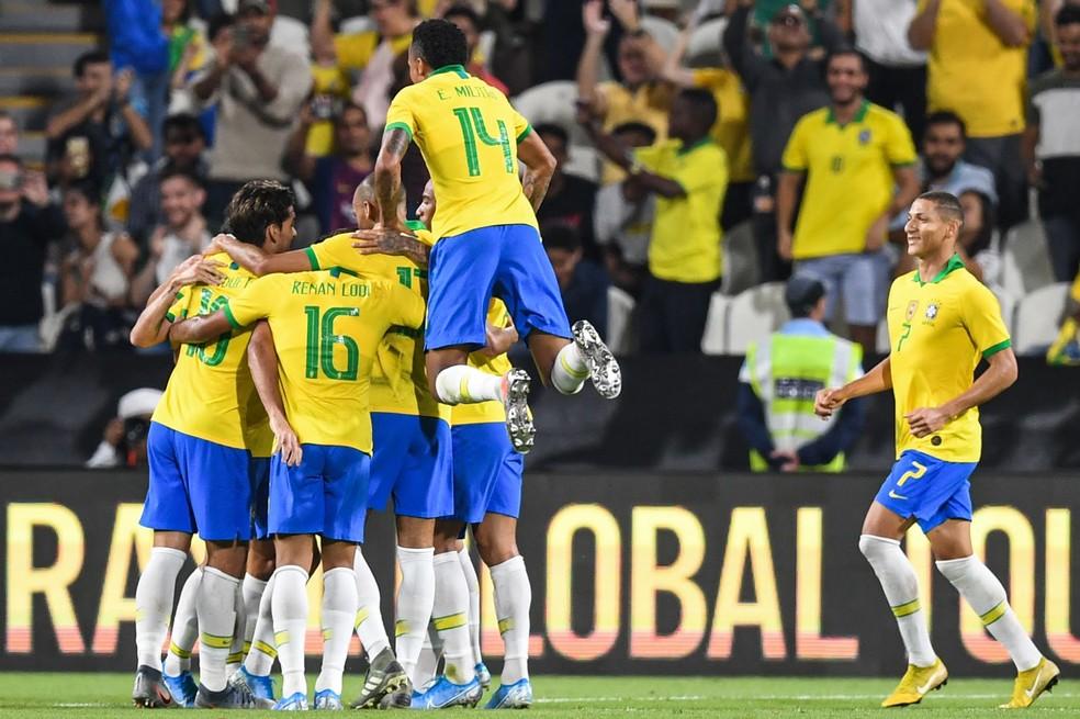 Comemoração dos jogadores do Brasil na vitória sobre a Coreia — Foto: AFP
