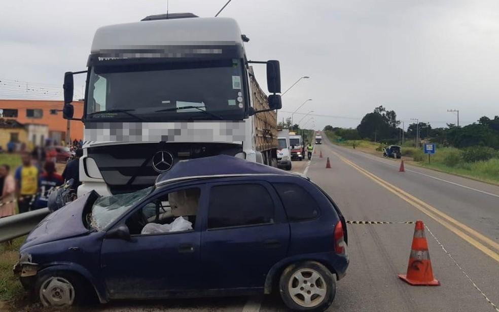 Batida envolvendo um carro e uma carreta termina com uma pessoa morta na BR-116, no Povoado de Veredinha, em Vitória da Conquista, na Bahia. — Foto: Divulgação / Polícia Rodoviária Federal (PRF)
