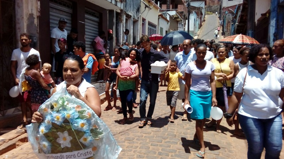 Moradores de Ituberá saem em cortejo fúnebre pelas ruas da cidade antes do sepultamento do bebê (Foto: Emilque Souza / Arquivo Pessoal)