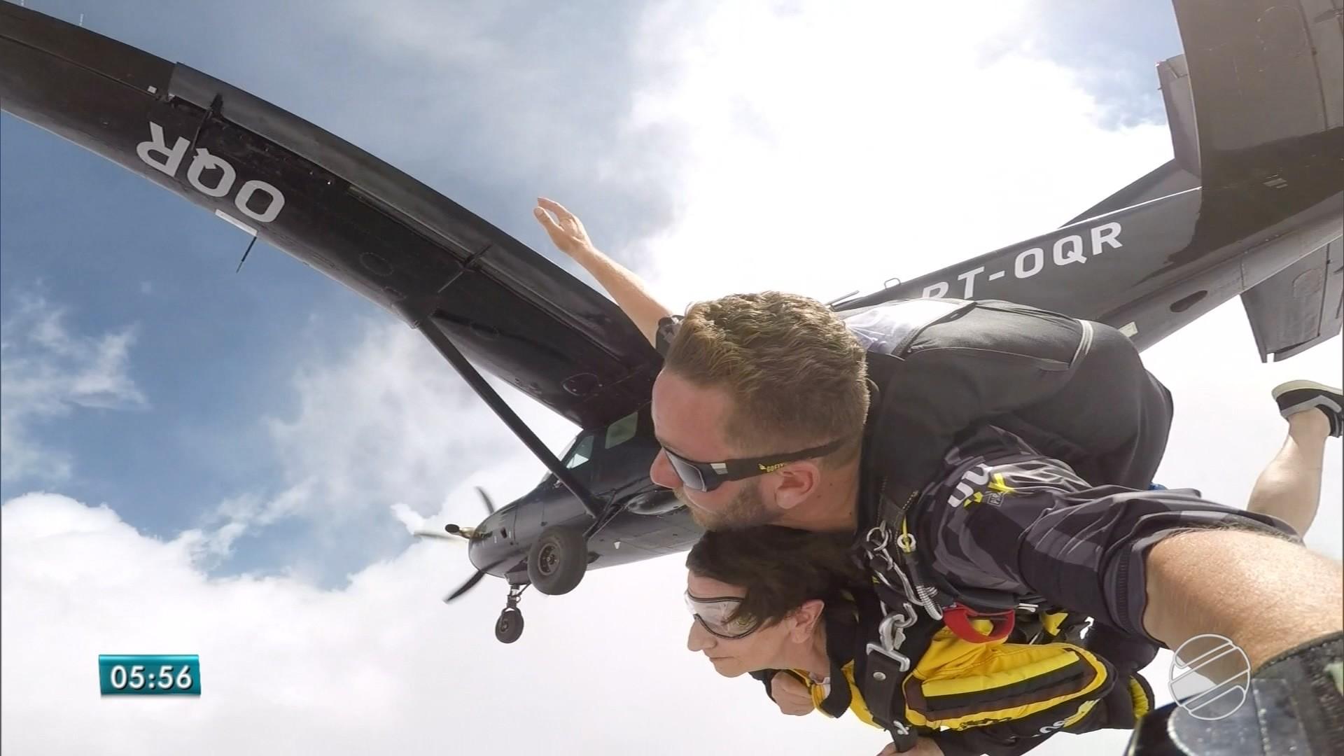 Costureira de 77 anos salta de paraquedas pela primeira vez em MS e pede bis
