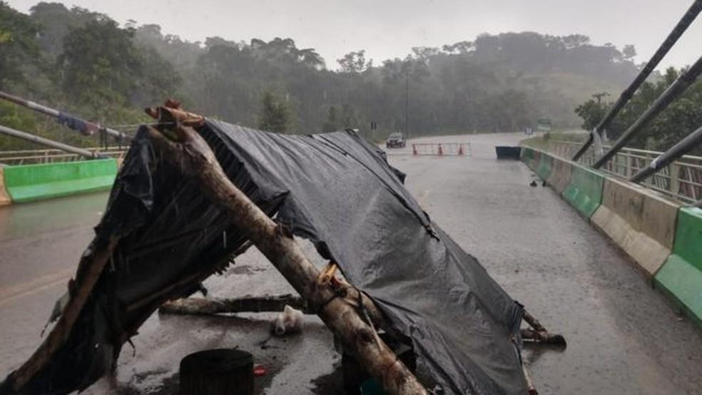 Um grupo de migrantes, a maior parte haitiana, passou quase um mês acampada em condições precárias na ponte que marca a fronteira entre Brasil e Peru — Foto: João Chaves/Defensor Público Federal/Via BBC