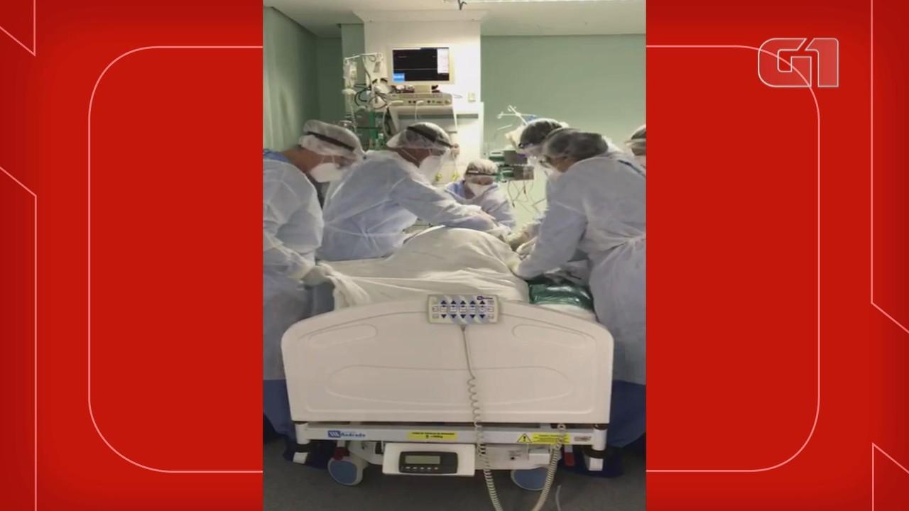 Equipe do Hospital Conceição utiliza 'roller' para efetuar manobra de prona