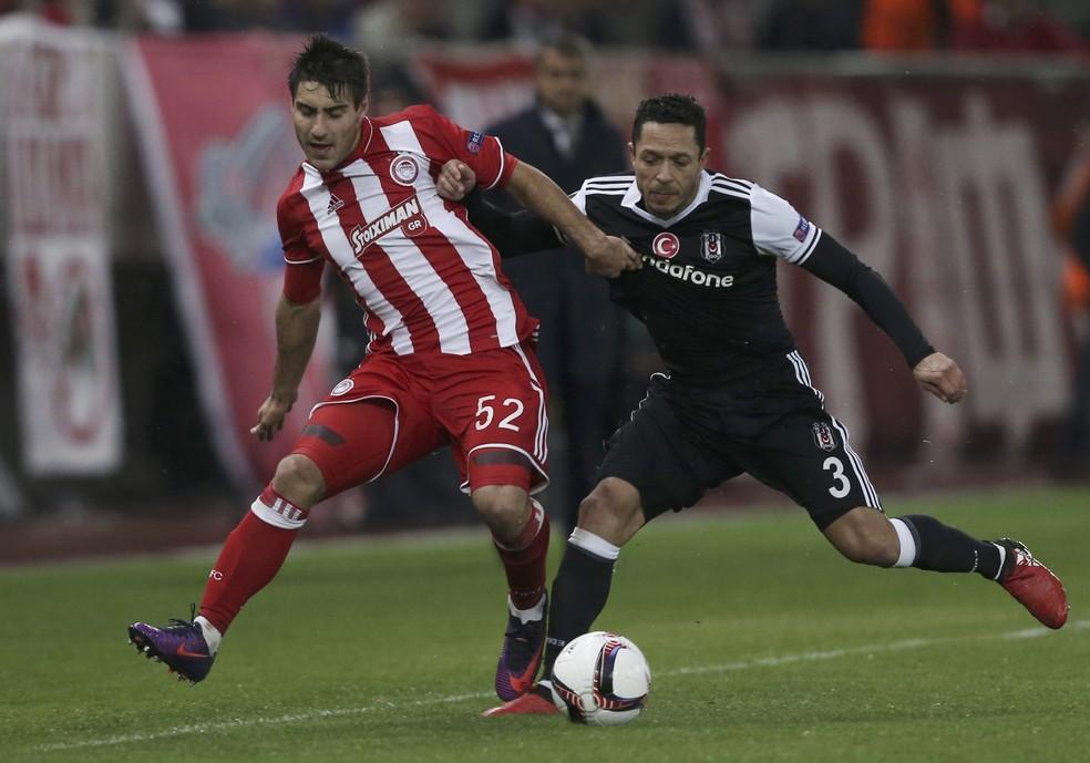 Adriano (preto) ajudou o Besiktas a chegar nas oitavas da Liga dos Campeões 2017/18 (Foto: Alkis Konstantinidis/Reuters)
